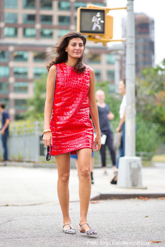 No matter where you go over the course of the day, you'll be stylishly prepared in a red leather shift dress. For something more on the daring side to finish off this look, choose a pair of grey leather ballerina flats. We love how great this one is for unpredictable fall weather.