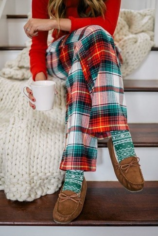 For functionality without the need tosacrifice on style, we lovethis combination of a red long sleeve t-shirt and mint socks. Brown suede boat shoes will deliver a more relaxed feel to your ensemble. There's no better way to cheer up a dull fall day than a chic getup like this one. (Ok, maybe there are a couple.)