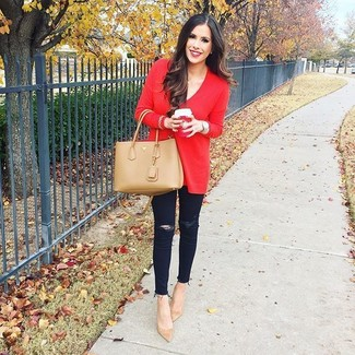 How to Wear Tan Suede Pumps: Reach for a red oversized sweater and black ripped skinny jeans for a stylish and easy-going look. If you want to immediately dress up this look with shoes, complete your look with tan suede pumps.