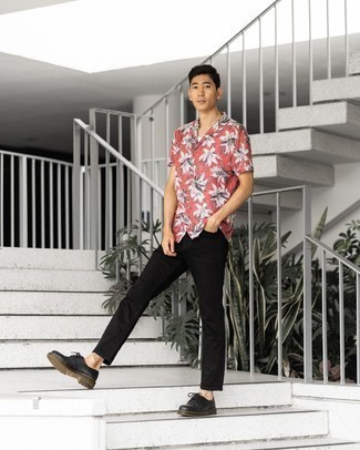 Black Chunky Leather Derby Shoes Outfits: Marrying a red print short sleeve shirt with black jeans is an awesome pick for an off-duty ensemble. And if you need to immediately spruce up your outfit with footwear, complement your getup with a pair of black chunky leather derby shoes.