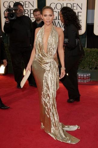 Tenue de Jennifer Lopez Robe de soirée dorée, Pochette en cuir beige, Bracelet