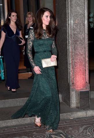 Tu peux être sûre d'être éblouissante dans une robe de soirée en dentelle vert foncé et une pochette en cuir dorée. Une paire de des sandales à talons en cuir dorées apportera un joli contraste avec le reste du look.
