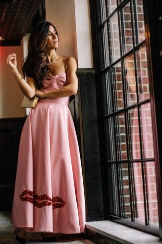 Essaie d'associer une robe de soirée en satin rose avec une pochette en cuir dorée Saint Laurent pour un look pointu et élégant. Tu veux y aller doucement avec les chaussures? Opte pour une paire de des escarpins en daim noirs pour la journée.