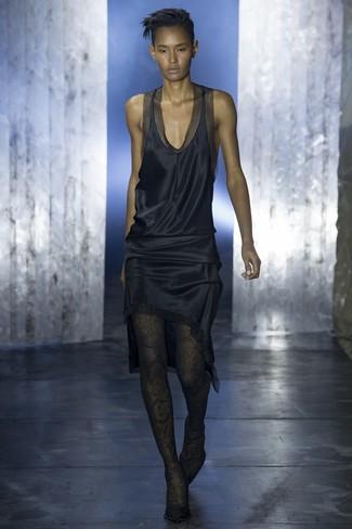 Pense à porter une robe débardeur en satin bleu marine et des collants en dentelle noirs pour une tenue idéale le week-end. Une paire de des escarpins en daim noirs est une façon simple d'améliorer ton look.