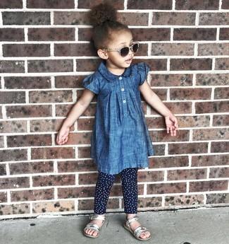 Comment porter: robe en denim bleue, leggings á pois bleu marine, sandales argentées