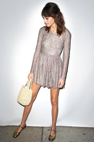 Comment porter: robe évasée en dentelle grise, ballerines en cuir dorées, sac fourre-tout en crochet beige