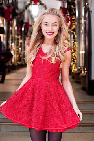 Comment porter: robe évasée en dentelle rouge, collants noirs