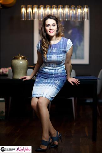 Choisis une robe fourreau bleue claire Gucci pour dégager classe et sophistication. Assortis ce look avec une paire de des sandales à talons en cuir bleues marine.