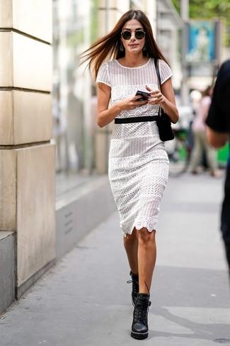 Opte pour un look sophistiqué avec une robe fourreau en crochet blanche et des boucles d'oreilles noires. Complète ce look avec une paire de des bottines à lacets en cuir épaisses noires.