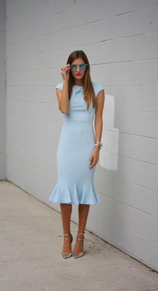 Opte pour une robe fourreau bleue claire Gucci pour prendre un verre après le travail. Assortis ce look avec une paire de des escarpins en cuir argentés.