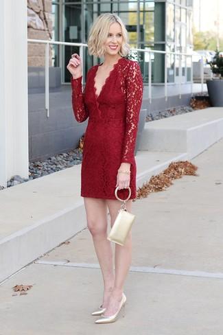 Associe une robe fourreau en dentelle rouge avec une pochette en cuir dorée Saint Laurent pour un look idéal au travail. Assortis ce look avec une paire de des escarpins en cuir dorés.