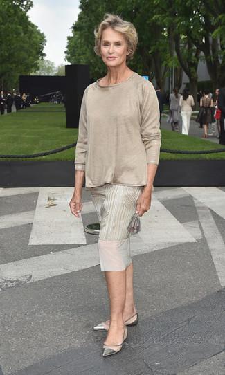 Comment porter: robe midi imprimée beige, t-shirt à manche longue beige, ballerines en cuir argentées