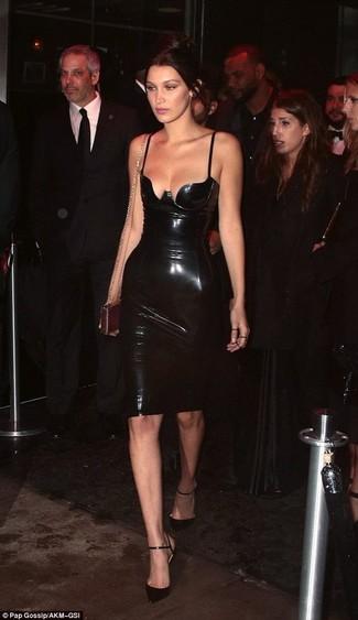 Essaie d'associer une robe moulante en cuir noire avec une pochette en cuir dorée Saint Laurent pour achever un style chic et glamour. Rehausse cet ensemble avec une paire de des escarpins en cuir noirs.