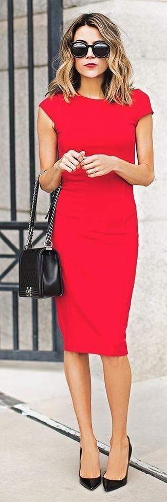 Choisis une robe moulante rouge pour un déjeuner le dimanche entre amies. D'une humeur audacieuse? Complète ta tenue avec une paire de des escarpins en cuir noirs.