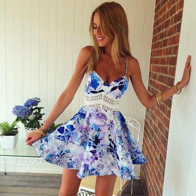 Robe blanche a fleurs bleues
