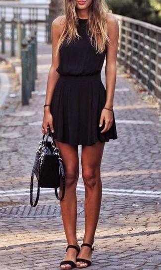 Opte pour une robe patineuse noire pour achever un look chic. Si tu veux  éviter