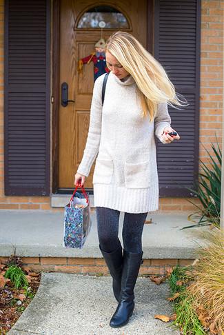 Comment porter: robe-pull en tricot beige, bottes hauteur genou en cuir noires, sac bandoulière en cuir noir, collants noirs