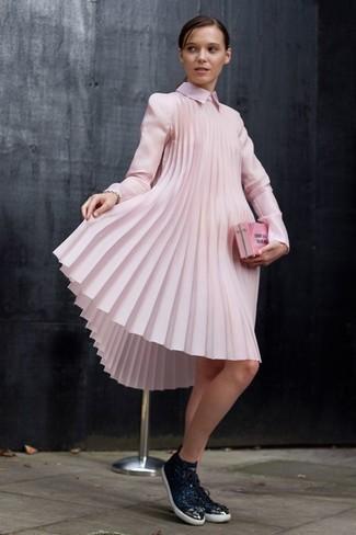 Porte une robe trapèze plissée rose pour un look de tous les jours facile à porter. Décoince cette tenue avec une paire de des baskets basses en cuir noires femmes Versus.