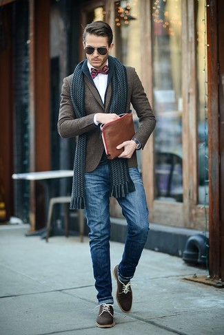 This combination of a navy shawl cardigan and blue jeans is perfect for off-duty occasions. Make oxford shoes your footwear choice to show your sartorial savvy.