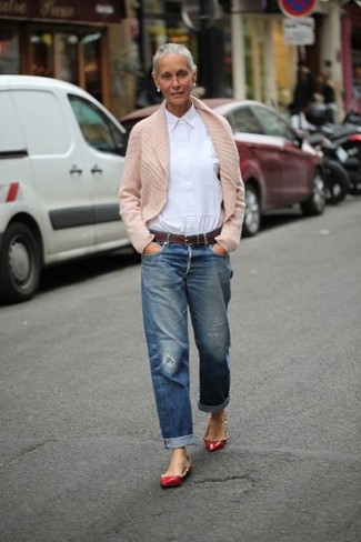 A beige shawl cardigan and blue distressed boyfriend jeans are a great outfit formula to have in your arsenal. Polish off the ensemble with red studded leather ballerina flats. This look is absolutely ideal to welcome spring.