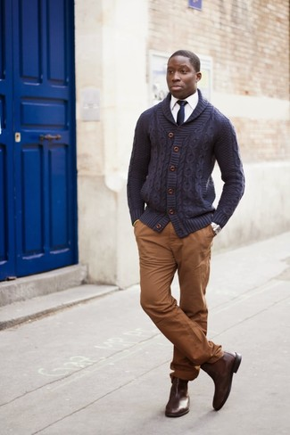 Make a fashionable entry anywhere you go in a navy shawl cardigan and a navy silk tie. Polish off the ensemble with dark brown leather chelsea boots. You can bet this getup is great when spring arrives.
