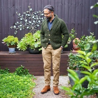 How to Wear a Blue Long Sleeve Shirt For Men: A blue long sleeve shirt and khaki chinos are styled to perfection in this outfit. The whole outfit comes together if you introduce tobacco suede desert boots to this look.
