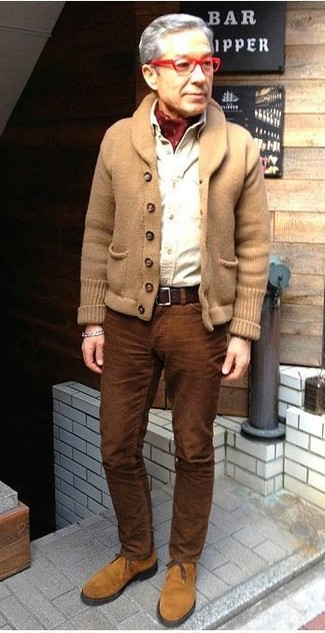 If you feel more confident wearing something comfortable, you'll love this sharp pairing of a tan shawl cardigan and Black Brown 1826 men's Cotton Corduroy Dress Pants. Tan suede desert boots look amazing here. This combination is absolutely great to welcome spring.