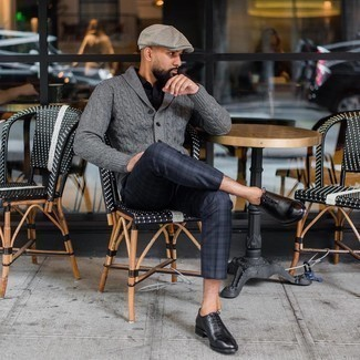 Flat Cap Outfits For Men: A grey shawl cardigan and a flat cap combined together are a perfect match. Bring an elegant twist to an otherwise everyday ensemble by rocking black leather oxford shoes.