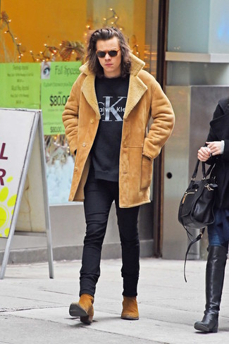 How to wear: tan shearling coat, black and white print sweatshirt, black skinny jeans, tobacco suede chelsea boots