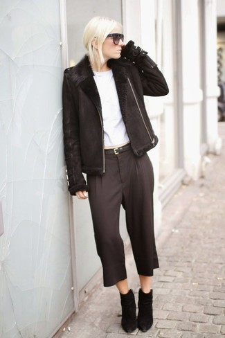 A black shearling jacket and black capri pants are absolute staples if you're picking out a casual wardrobe that holds to the highest fashion standards. Perk up your getup with black suede ankle boots. We're loving that this outfit is great come warmer weather.