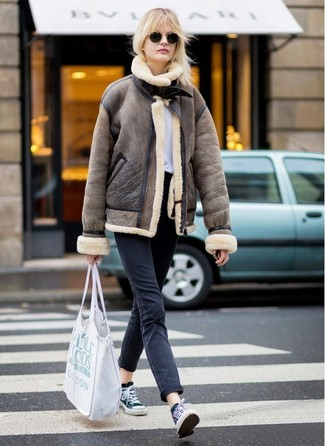 How to wear: brown shearling jacket, white crew-neck t-shirt, black jeans, black and white canvas low top sneakers