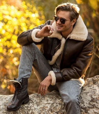 How to wear: dark brown shearling jacket, grey crew-neck t-shirt, grey skinny jeans, dark brown leather casual boots