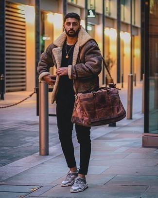 Brown Shearling Jacket Outfits For Men: A brown shearling jacket and black skinny jeans are a favorite combination for many fashionable guys. Grey athletic shoes will give an element of stylish nonchalance to an otherwise sober outfit.