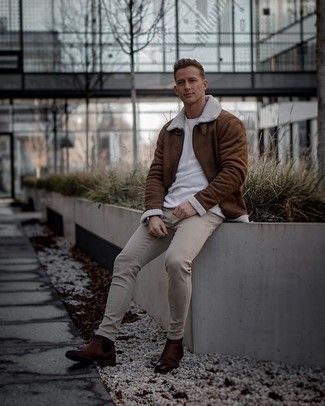 Dark Brown Leather Chelsea Boots Outfits For Men: Go for a brown shearling jacket and beige skinny jeans for a relaxed and stylish getup. For maximum effect, introduce a pair of dark brown leather chelsea boots to this ensemble.