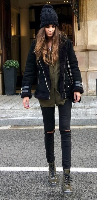 A black shearling jacket and black destroyed slim jeans will give off this very sexy and chic vibe. Army green leather flat boots are a good choice to complete the look. With a look like this in your winter closet, you'll manage to stay toasty and look totally stylish despite the extra cold temperatures.