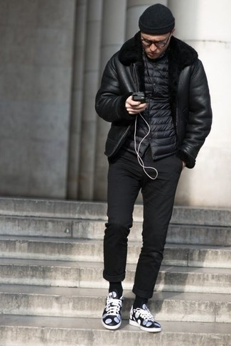 How to Wear a Black Shearling Jacket For Men: A black shearling jacket and black chinos paired together are a sartorial dream for those dressers who appreciate relaxed casual outfits. To add an easy-going feel to your outfit, complete this outfit with a pair of navy and white leather low top sneakers.