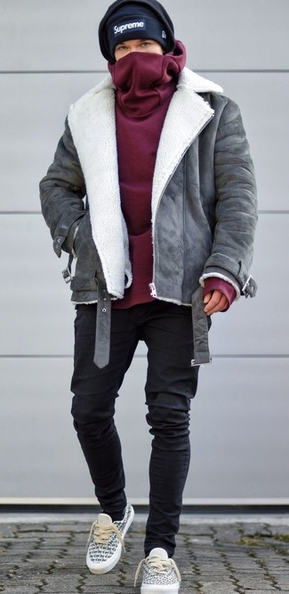 How to wear: grey shearling jacket, burgundy hoodie, black skinny jeans, grey canvas low top sneakers