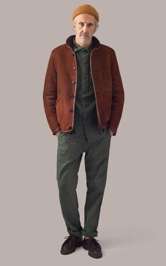 Burgundy Leather Desert Boots Outfits: Go for a brown shearling jacket and dark green chinos to showcase you've got serious menswear prowess. Grab a pair of burgundy leather desert boots et voila, the getup is complete.