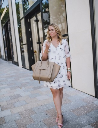 How to wear: white floral shift dress, pink leather heeled sandals, beige leather tote bag, gold bracelet
