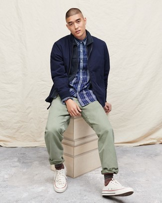 Men's Looks & Outfits: What To Wear In 2020: This combination of a navy shirt jacket and mint chinos crosses the divide between dressy and casual. And if you want to effortlesslly play down this ensemble with a pair of shoes, why not add a pair of white canvas low top sneakers to your ensemble?