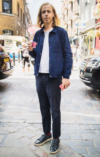 How to Wear Socks For Men: This bold casual pairing of a navy shirt jacket and socks is super versatile and really apt for whatever the day throws at you. Tone down the casualness of this outfit by finishing off with black leather low top sneakers.