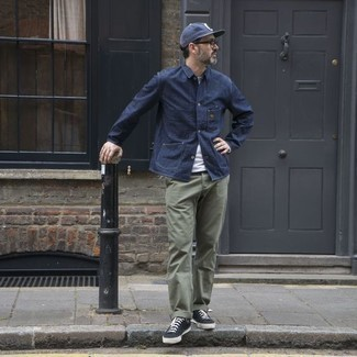 How to Wear Black and White Canvas Low Top Sneakers For Men: Perfect the effortlessly sleek look by opting for a navy shirt jacket and olive chinos. Inject a more laid-back twist into this look with a pair of black and white canvas low top sneakers.