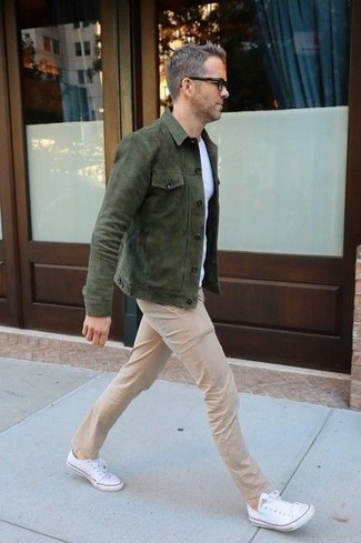 Khaki Chinos Warm Weather Outfits: Show off your menswear game in this combination of a dark green suede shirt jacket and khaki chinos. Puzzled as to how to finish off? Complete your ensemble with a pair of white canvas low top sneakers to jazz things up.