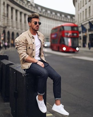 How to wear: beige shirt jacket, white crew-neck t-shirt, black skinny jeans, white leather low top sneakers