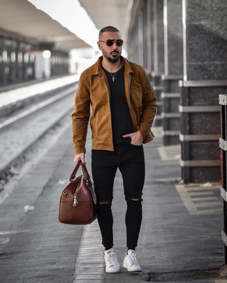 How to Wear a Brown Leather Holdall In Warm Weather For Men: For casual urban style without the need to sacrifice on comfort, we like this combo of a brown shirt jacket and a brown leather holdall. Let your outfit coordination sensibilities truly shine by finishing off this ensemble with white leather low top sneakers.