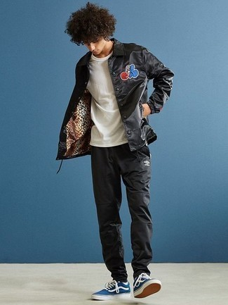 How to Wear Sweatpants For Men: Super dapper, this casual combo of a black print shirt jacket and sweatpants will provide you with wonderful styling possibilities. Our favorite of an infinite number of ways to finish off this look is a pair of blue canvas low top sneakers.