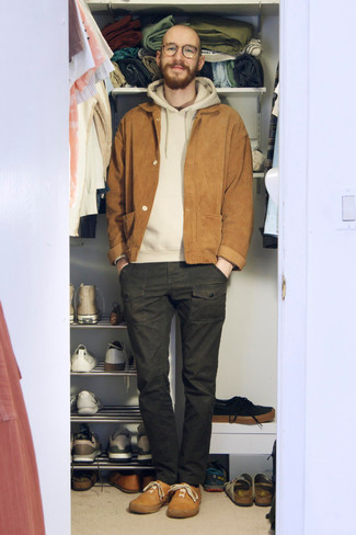 Sweater Outfits For Men: Go for a straightforward but at the same time laid-back and cool look teaming a sweater and dark green cargo pants. Make this look slightly more elegant by finishing with tan leather low top sneakers.