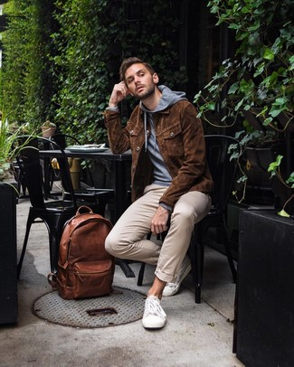 How to wear: brown suede shirt jacket, grey hoodie, beige chinos, white canvas low top sneakers