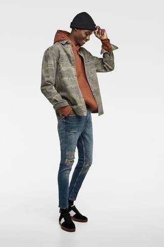 Olive Camouflage Shirt Jacket with Black Sneakers Relaxed Warm Weather Outfits For Men: Display your credentials in men's fashion by combining an olive camouflage shirt jacket and blue ripped skinny jeans for an urban getup. Not sure how to finish? Complete your outfit with black sneakers to mix things up a bit.