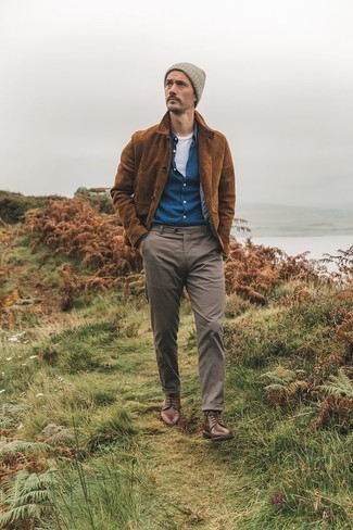 Brown Leather Casual Boots Outfits For Men: Combining a brown suede shirt jacket with brown chinos is an awesome pick for a casually stylish menswear style. Introduce brown leather casual boots to the mix et voila, the outfit is complete.